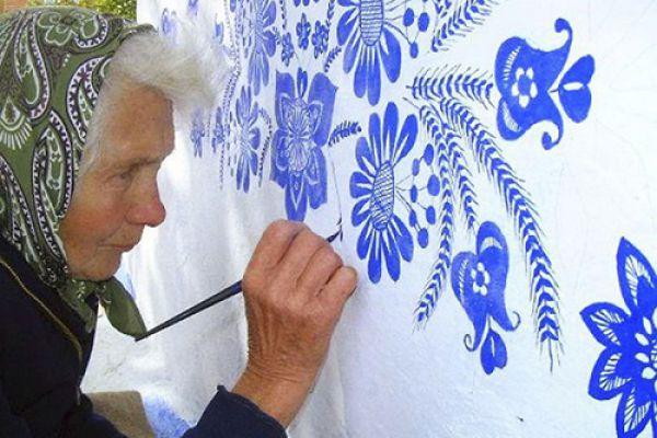 Bà cụ 90 tuổi leo giàn giáo vẽ tranh tường nghìn đô